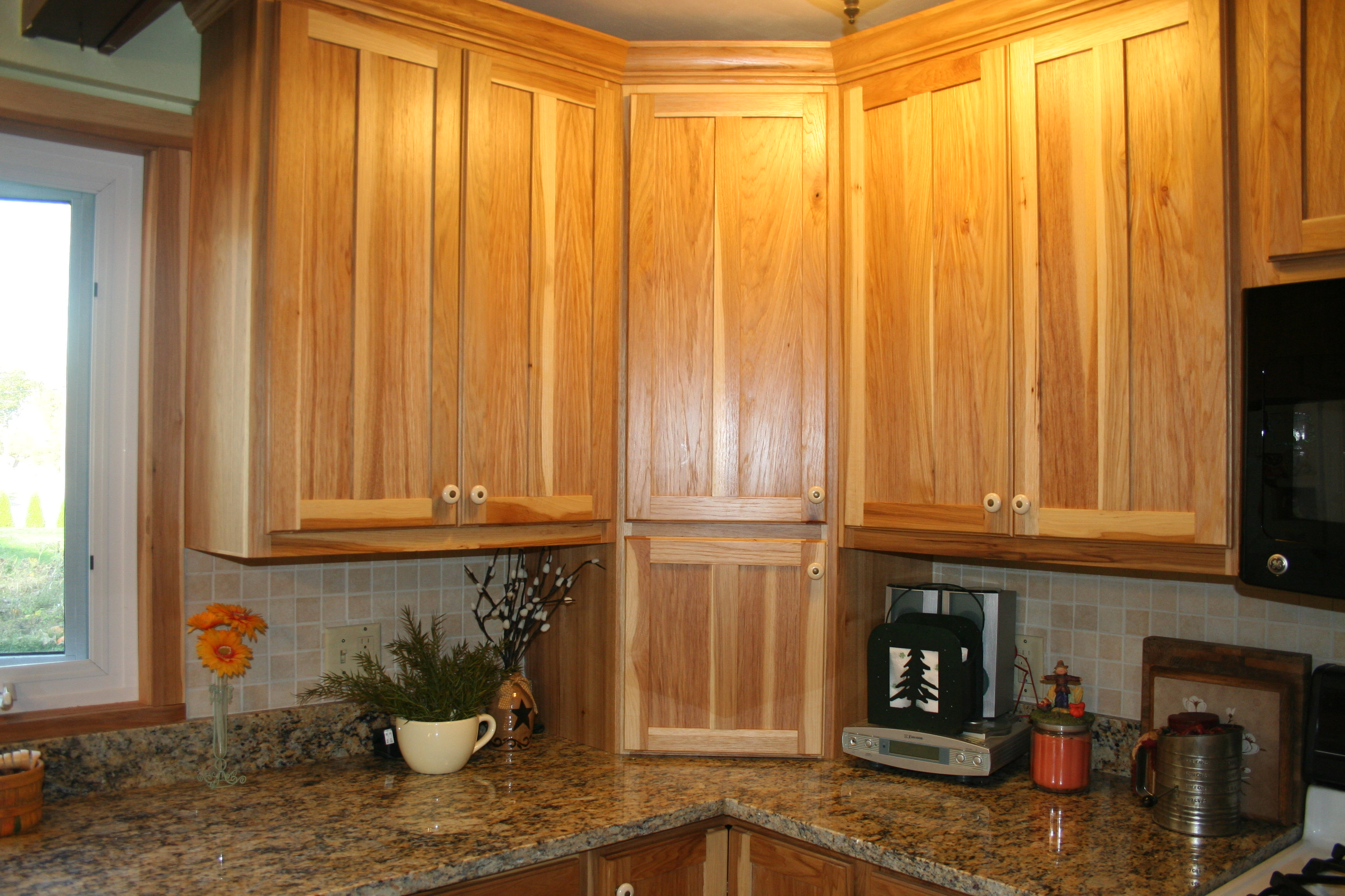 corner-kitchen-cainets-with-granite
